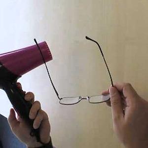 9395ad142f Uno de los inconvenientes de comprar gafas graduadas por Internet es que al  llegar a casa resulta que necesitamos ajustar las patillas para que sean  más ...