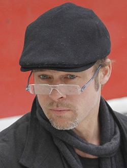 brad pitt con gafas de lectura